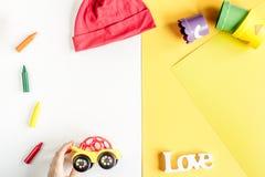 Аксессуары и игрушки младенца на белой насмешке взгляд сверху предпосылки вверх Стоковые Изображения