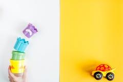 Аксессуары и игрушки младенца на белой насмешке взгляд сверху предпосылки вверх Стоковое Изображение RF