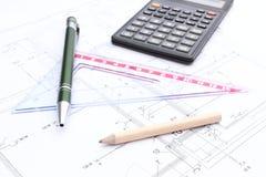 Аксессуары и калькулятор чертежа на плане снабжения жилищем стоковые фото