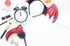 Аксессуары и косметика хеллоуина для девушки с компьтер-книжкой на белой предпосылке, образе жизни взгляд сверху Стоковое Изображение