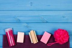 Аксессуары и косметики для личной гигиены в ванной комнате, концепции заботы тела, космоса экземпляра для текста Стоковые Фотографии RF