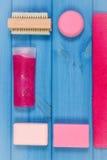 Аксессуары и косметики для личной гигиены в ванной комнате, концепции заботы тела, космоса экземпляра для текста Стоковая Фотография RF