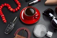 Аксессуары и кофе женщины стоковое фото