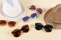 Аксессуары и мода лета, комплект солнечных очков и соломенные шляпы, разный вид сравнения стиля стоковое изображение rf