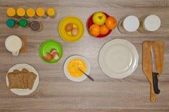 Аксессуары и плодоовощи кухни, подготавливая мерлуз плодоовощ Стоковая Фотография