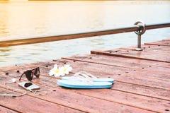 Аксессуары и smartphone женщины на деревянной террасе около озера, лета и перемещения Стоковое Изображение RF