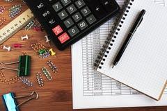 аксессуары калькулятора, денег, ручки и офиса концепции дела Стоковые Фото