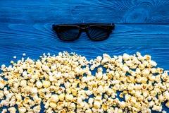 Аксессуары кино Стекла и попкорн кино на голубом модель-макете взгляд сверху предпосылки стоковое изображение rf