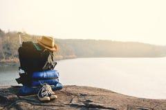 Аксессуары, который нужно укладывать рюкзак в предпосылке природы Стоковое Фото