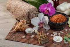Аксессуары курорта и здоровья на серой и коричневой предпосылке Стоковое Фото