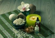 Аксессуары курорта на деревянной орхидее предпосылки цветут, шар с s Стоковые Фото