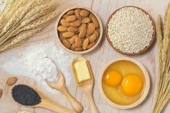 Аксессуары кухни и печь ингредиенты стоковые фотографии rf