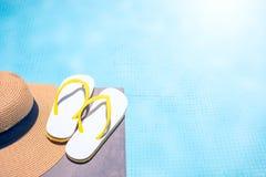 Аксессуары лета на бассейне заплыва с солнечным светом морозные женщины каникулы времени маргариты стоковые фото