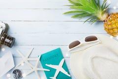 Аксессуары летнего отпуска от солнечных очков, шляпы, пасспорта, ретро миниатюр камеры, самолета и шлюпки, морских звёзд перемеще Стоковое Изображение RF