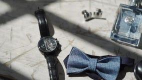 Аксессуары моды ` s человека: ботинки, дух, бабочка и наручные часы сток-видео