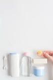 Аксессуары младенца для ванны с уткой на белой предпосылке Стоковое Изображение
