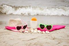 Аксессуары на каникулы и seashells на песке на пляже, концепции временени Стоковые Изображения RF