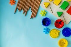 Аксессуары офиса и студента на пинке задняя школа принципиальной схемы к Школа, образование и концепция учить творческие способно стоковое фото rf