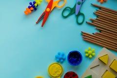 Аксессуары офиса и студента на пинке задняя школа принципиальной схемы к Школа, образование и концепция учить творческие способно стоковая фотография