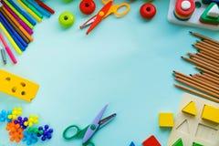 Аксессуары офиса и студента на пинке задняя школа принципиальной схемы к Школа, образование и концепция учить творческие способно стоковое изображение rf