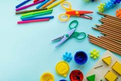Аксессуары офиса и студента на пинке задняя школа принципиальной схемы к Школа, образование и концепция учить творческие способно стоковая фотография rf