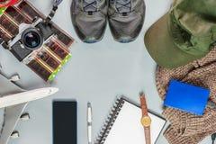 Аксессуары перемещения на каникулах с винтажной камерой, самолетом, sh стоковая фотография rf