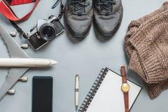 Аксессуары перемещения на каникулах с винтажной камерой, самолетом, sh стоковое фото