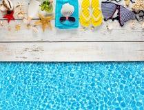 Аксессуары пляжа помещенные на белых деревянных планках Стоковая Фотография RF