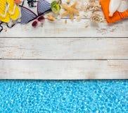 Аксессуары пляжа помещенные на белых деревянных планках Стоковая Фотография