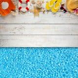 Аксессуары пляжа помещенные на белых деревянных планках Стоковое Изображение RF