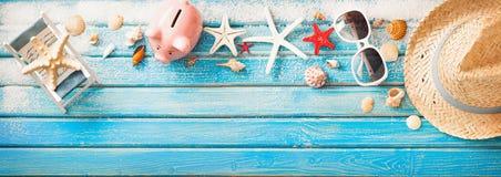 Аксессуары пляжа с Seashells на деревянной доске Стоковое Фото