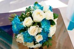 Аксессуары свадьбы Букет невесты и обручальные кольца Стоковое фото RF