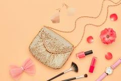 Аксессуары состава моды косметические essentials стоковое фото
