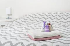 Аксессуары украшения и дизайн интерьера скандинава светлого цвета Надушенные саше и мешки лаванды на полотенцах на кровати Стоковое Фото