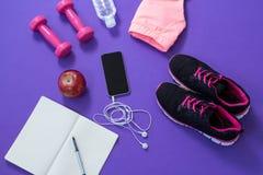 Аксессуары фитнеса с раскрытой книгой, яблоком, мобильным телефоном, наушниками Стоковое Изображение RF