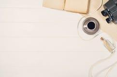 Аксессуары для взгляд сверху перемещения на белой деревянной рамке предпосылки Стоковое Изображение