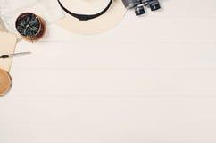 Аксессуары для взгляд сверху перемещения на белой деревянной рамке предпосылки Стоковые Изображения