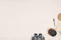 Аксессуары для взгляд сверху перемещения на белой деревянной рамке предпосылки Стоковая Фотография