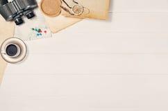Аксессуары для взгляд сверху перемещения на белой деревянной рамке предпосылки Стоковое Изображение RF