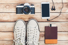 Аксессуары для перемещения Пасспорт, камера фото, умный телефон и перемещение составляют карту Взгляд сверху Праздники и концепци Стоковое Фото