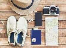 Аксессуары для перемещения Различные объекты на деревянной предпосылке Взгляд сверху Праздники и концепция туризма Стоковое Изображение RF