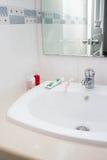 Аксессуары Faucet, зубной пасты, зубной щетки и ванны Стоковое фото RF
