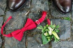 Аксессуары Groom's: коричневые стильные ботинки и красный галстук стоковая фотография rf