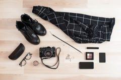 Аксессуары ` s женщин, коллаж вскользь одежд с ретро камерой Стоковая Фотография