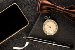 Аксессуары ` s людей вахта, ручка, телефон и бабочка стоковые изображения rf