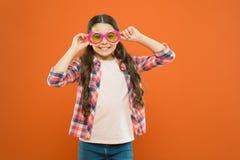 Аксессуар лета солнечных очков Зрение и здоровье глаза Ультрафиолетов защита и поляризация Оптика и зрение Глаза стоковые фотографии rf