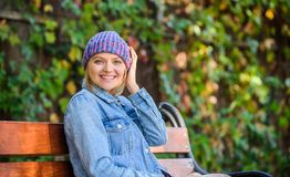 Аксессуар шляпы девушки связанный ноской Связанный аксессуар на сезон падения Аксессуар моды осени Чувство удобное это падение стоковые изображения rf