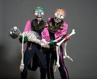 2 актера цирка в зомби одевают представлять на студии Стоковое фото RF