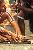 Актеры аборигенов делая огонь стоковое изображение