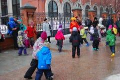 Актеры и обычные люди улицы танцуют на улице Стоковые Изображения